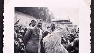Продадоха на търг албума на Хитлер (СНИМКИ)