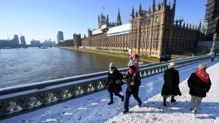 Снегът отмени стотици полети в Лондон
