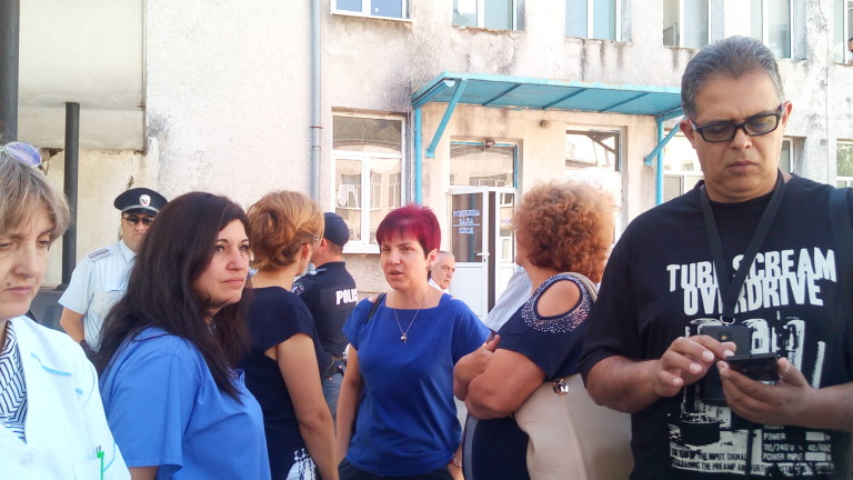 В Карлово излязоха на протест срещу опитите да бъде закрито