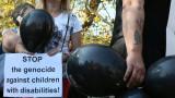 Майки с черни балони наобиколиха парламента и министерския съвет