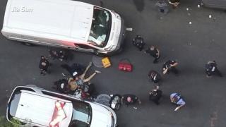 Мъж  нападна с нож полицай в центъра на Ню Йорк