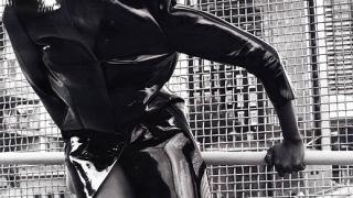Наоми Кембъл с модна фотосесия в черно и бяло (галерия)