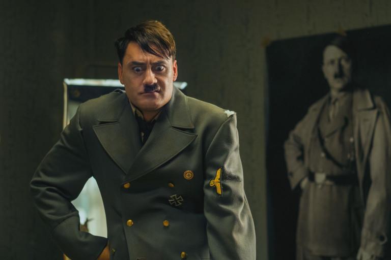 Тайка Уайтити в ролята на въображаеми Адолф Хитлер