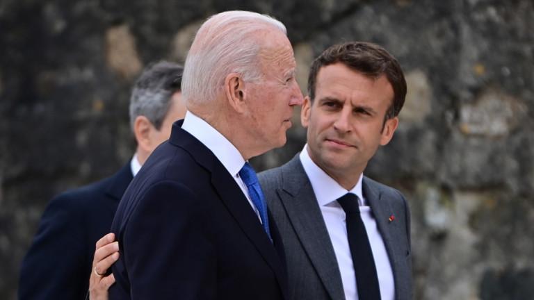 Френският президент Еманюел Макрон сложи дружески ръката си през раменете