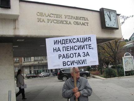 Русенски пенсионер за втори път сам на протест