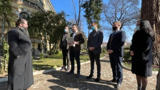 Младежите от ГЕРБ искат позиция на Светия синод за отец Дионисий