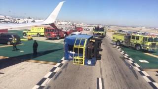 Пътнически самолет се сблъска с камион на летището в Лос Анджелис