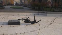 Пиян абитуриент събори балерината пред Народния театър