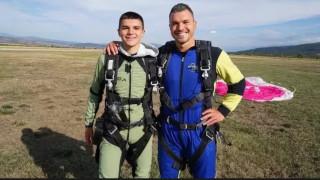 Валери Божинов скочи с парашут