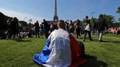 92 000 зрители стискат палци за Франция в подножието на Айфеловата кула!