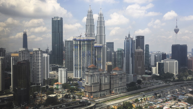 Възрастни жени загинаха при блъсканица за купони за храна в Малайзия