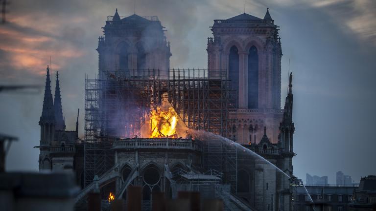 """Покривът на """"Нотр Дам"""" изгоря, но пчелите не"""