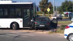 Двама пострадали след удар на градски автобус и кола във Варна
