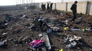 Анархия на мястото на катастрофата на украинския самолет в Иран
