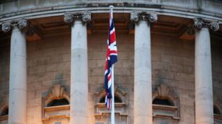 Издигнаха британския флаг над кметството в Белфаст