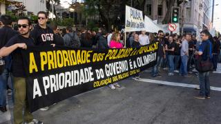 Полицията е без заплати, не очаквайте сигурност тук, предупреди протест пристигащите в Рио де Жанейро