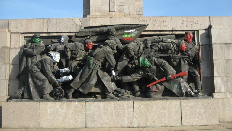 Арестуваха тийнейджърки, драскали по паметника на съветската армия