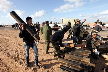 Либийците бягат, докато лоялисти и опозиция се готвят за нови битки