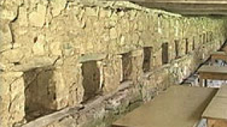 Каменен зид с родови гербове се пази в църквата на село Цапарево