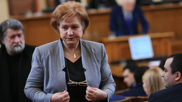 Нинова преиграва и опитва да остане лидер на БСП, смята Менда Стоянова
