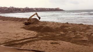 Багер продължава да копае на Централия плаж в Созопол