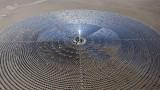 Соларният гигант от пустинята, който предизвиква Мъск и Tesla
