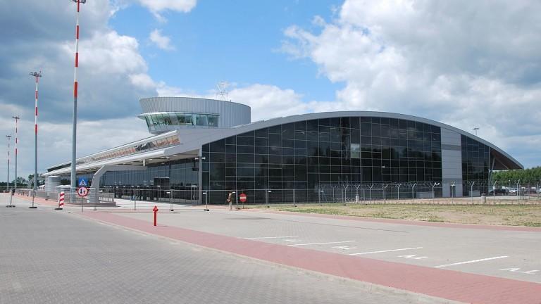 Призрачното летище, от което никой не лети, а Полша се надява да продаде