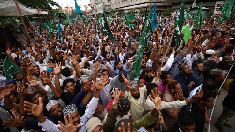 """Многохилядни протести в Пакистан заради новите каритатури в """"Шерли ебдо"""""""