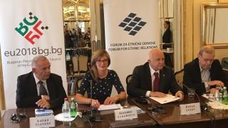 Захариева загрижена за малцинствата в Сърбия