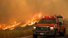Близо 1000 пожарникари се опитват да спрат огнена стихия до Лос Анджелис