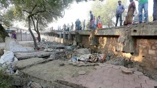 Най-малко 15 загинали при рухване на надлез в Индия