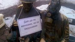 """""""Върви, народе обгазени"""" и противогази по емблематични паметници в София"""