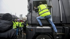 """Малки протести на """"жълтите жилетки"""" във Франция"""
