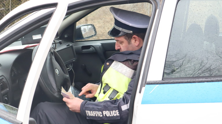 Глоба за полицай, хванат да пише акт без маска