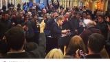 Елтън Джон зарадва лондончани с концерт в жп гара