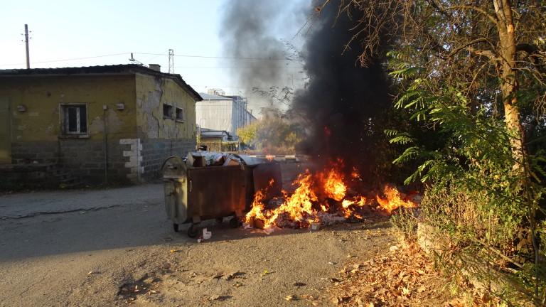Пожар горя край жп гарата в Благоевград, съобщава БГНЕС. Пламъците
