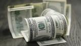 Доларът отслабва в очакване решенията на Фед