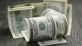 Доларът отстъпва позиции пред повечето основни валути