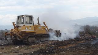 Продължава гасенето на сметището край Благоевград