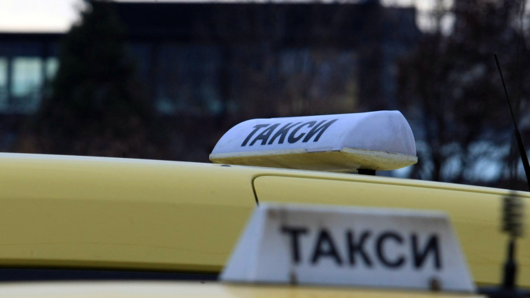 Таксиметрови шофьори от Враца и Монтана протестират в подкрепа на колега