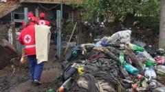 БЧК раздава коледни подаръци на семействата, пострадали при наводненията в Бургаско