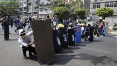 Полицията с агресивни действия срещу протестиращите в Мианмар