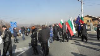 Пловдивчани излязоха на протест срещу строеж на стена на болница