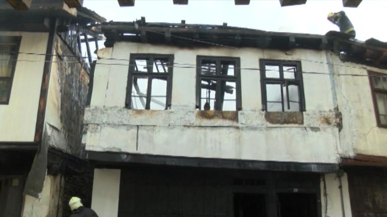 Три къщи изгоряха в центъра на Габрово.Сигналът за инцидента е