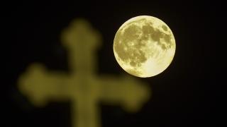 Християни и албанци се биха в Скопие заради 55-метрово разпятие