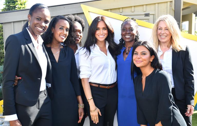 Меган с дамите от Smart Works