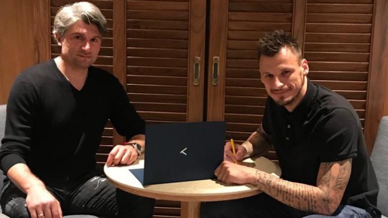 Сръбският вратар Зоран Попович се разминава с Левски