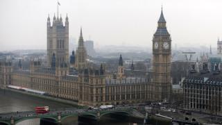 Паундът пада, жертва на борбата за власт в Лондон
