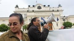 Протест пред парламента заради етническите конфликти в страната