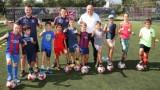 Министър Кралев посети детски спортен лагер, на който децата учат английски, тренирайки футбол